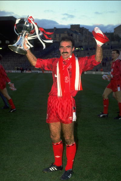 1989: Willie Miller of Aberdeen proudly shows off the Skol Cup trophy after the final between Aberdeen and Rangers at Hampden Park in Glasgow, Scotland. Aberdeen won the match 2-1. Mandatory Credit: